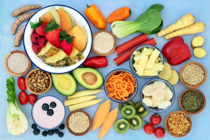 świeże owoce i warzywa na niebieskim tle