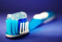 Tradycyjna szczoteczka i pasta do zębów