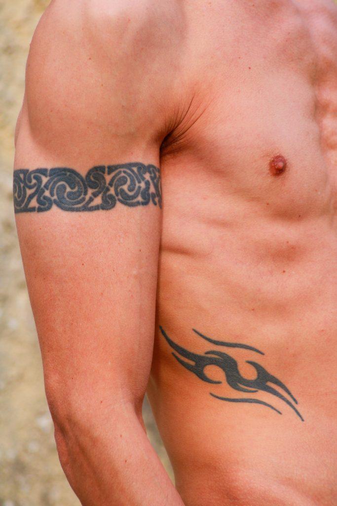 tribal na męskiej skórze