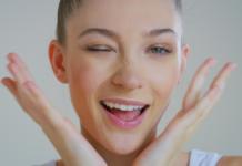 Uśmiechnięta dziewczyna z zadbaną cerą