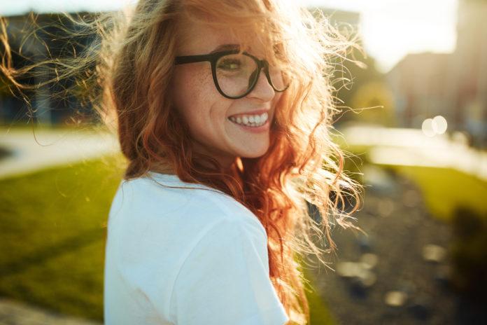 portret uśmiechniętej rudej dziewczyny
