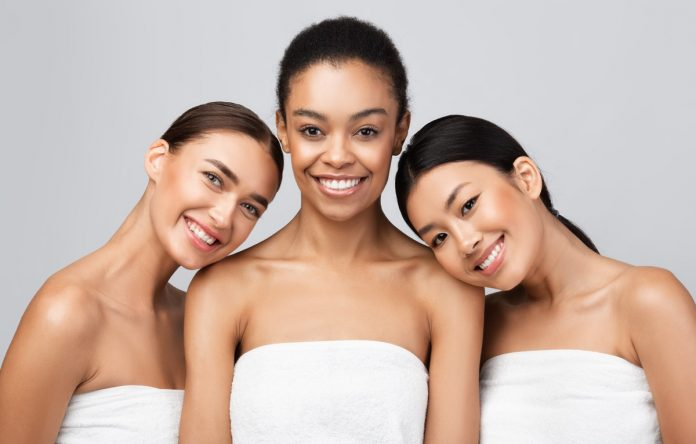 uśmiechnięte klientki gabinetu kosmetycznego