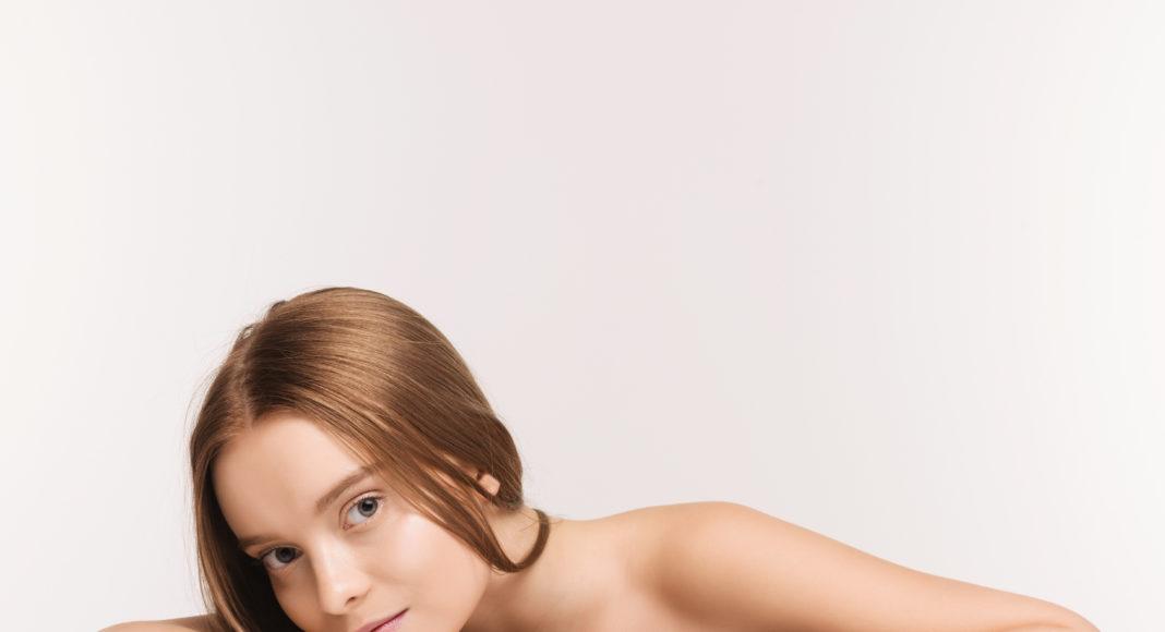 rudowłosa dziewczyna z kremem