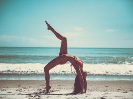Wydepilowana kobieta - joga na plaży