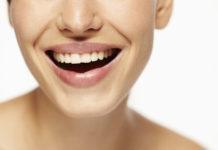 uśmiechnięta twarz kobieca