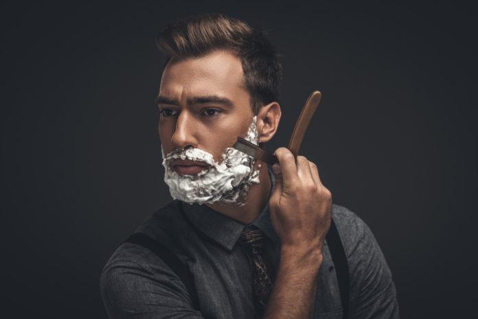 mężczyzna golący brodę